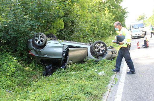 Nissan überschlägt sich – zwei Verletzte