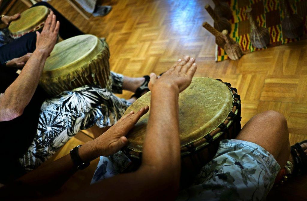 Auch musikalisch können sich die Passanten erproben, zum Beispiel beim Trommeln. Foto: Lichtgut/Leif Piechowski