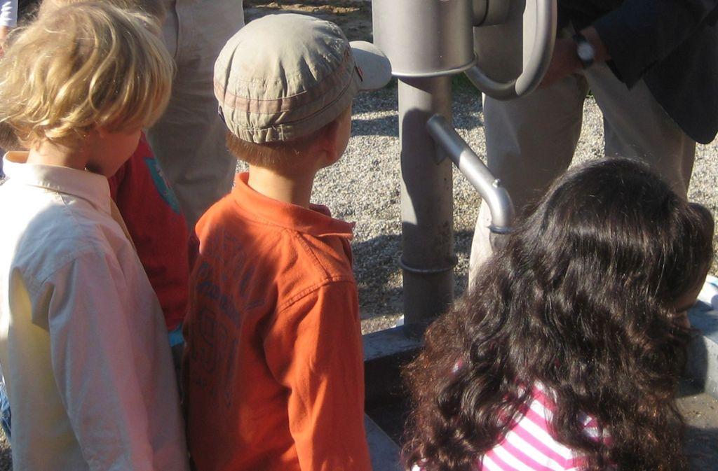 Die Wasserpumpe war von Anbeginn der Renner auf dem Spielplatz. Foto: /Beutel