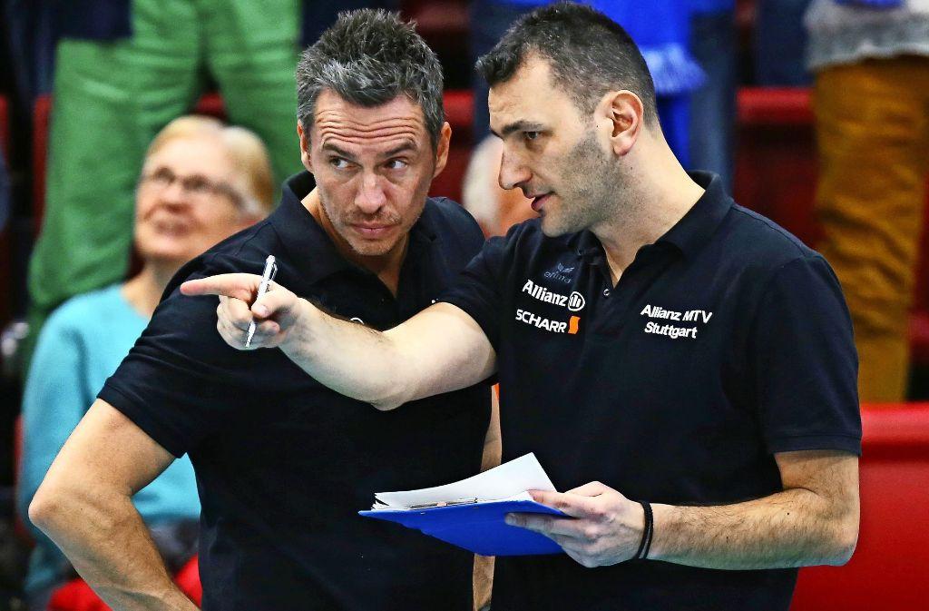 Bisher ein eingespieltes Duo: Nun wird Giannis Athanasopoulos (re.) Nachfolger von Guillermo Naranjo Hernández als Cheftrainer von Allianz MTV Stuttgart. Foto: Baumann