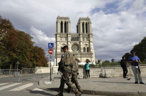 Bereiche  rund um Notre-Dame in Paris werden abgesperrt
