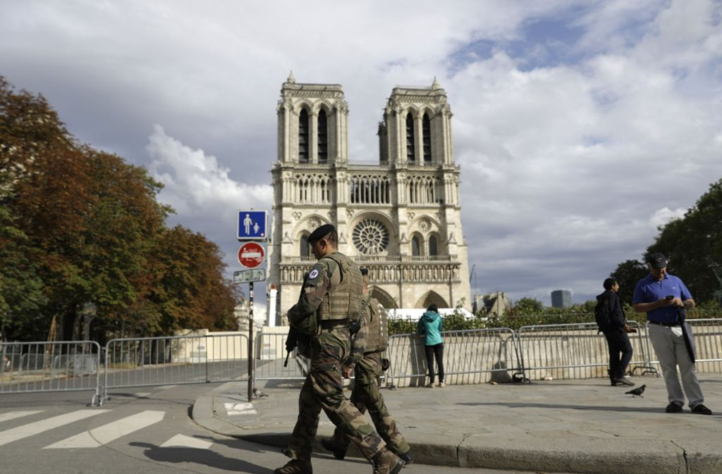 Um Notre-Dame werden weitere Spuren des verheerenden Brandes beseitigt. Foto: Lewis Joly/AP/dpa