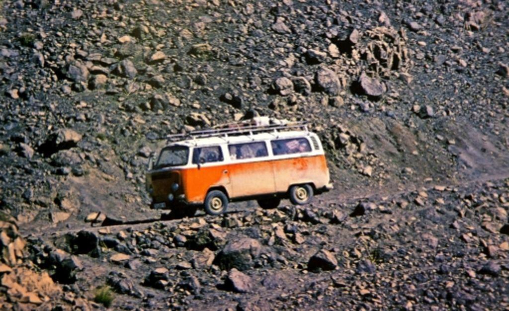Der VW-Bus war ein Standardtransportmittel der Morgenlandfahrer. Diese Aufnahme entstand auf einer marokkanischen Piste. Foto: Ines Rudel