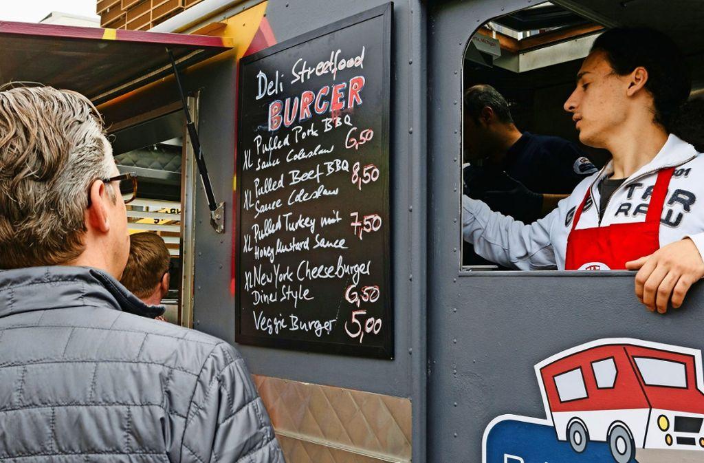 Im Oktober werden keine Gastro-Mobile wie dieser auf dem Karl-Benz-Platz Station machen. Foto: dpa