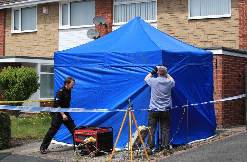 Polizisten untersuchen das Haus der festgenommenen Krankenschwester. Foto: dpa