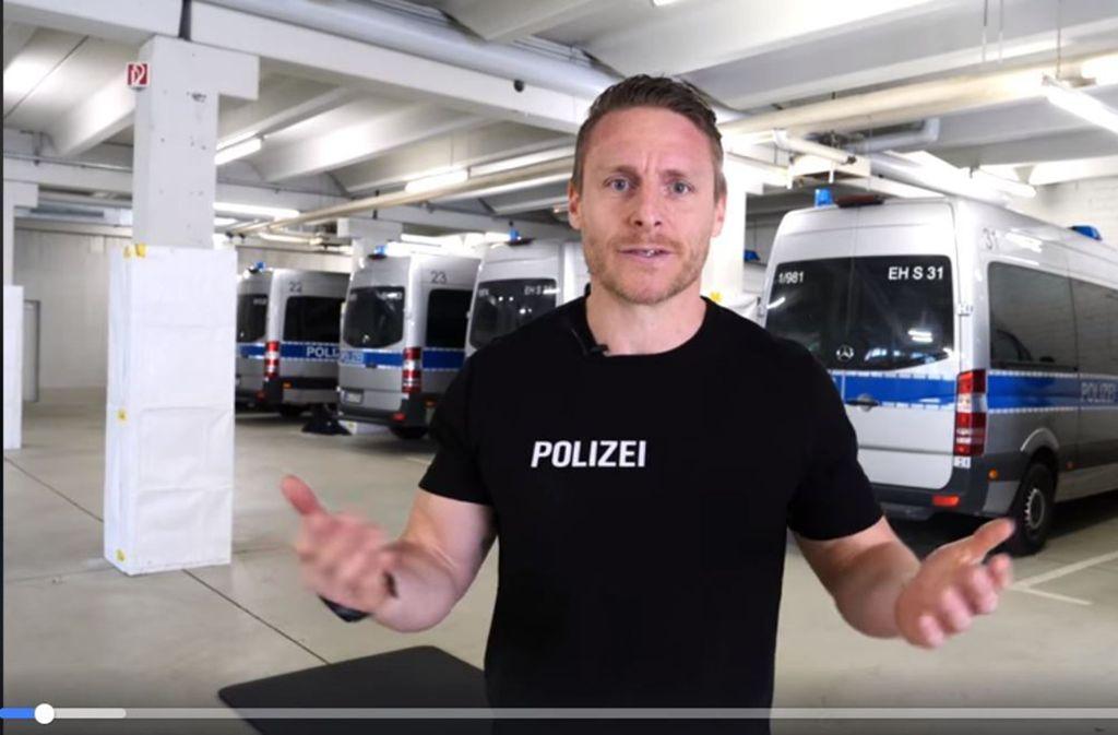 Das perfekte Workout in der Corona-Quarantäne: Die Stuttgarter Polizei zeigt sich sportlich. Foto: Screenshot Facebook/@Polizei Stuttgart