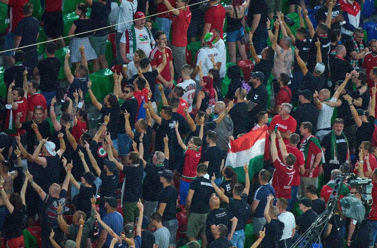 Die Uefa ermittelt wegen möglicher Verfehlungen ungarischer Fans. Foto: imago images/ActionPictures/via www.imago-images.de