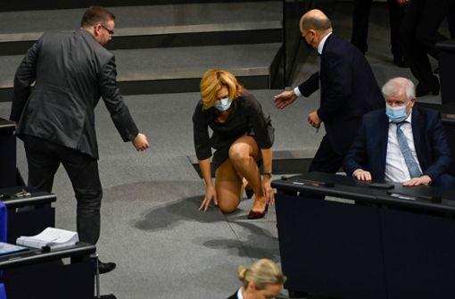 Julia Klöckner  stürzt –  Scholz reicht ihr die Brille