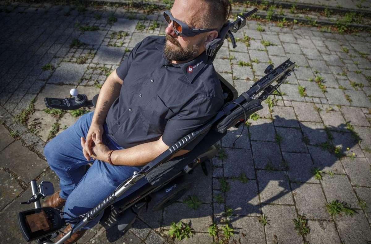 Mit dieser Brille kann Thomas Rosner einen elektrischen Rollstuhl per Auge steuern –  ohne einen Finger zu rühren. Foto: Gottfried Stoppel