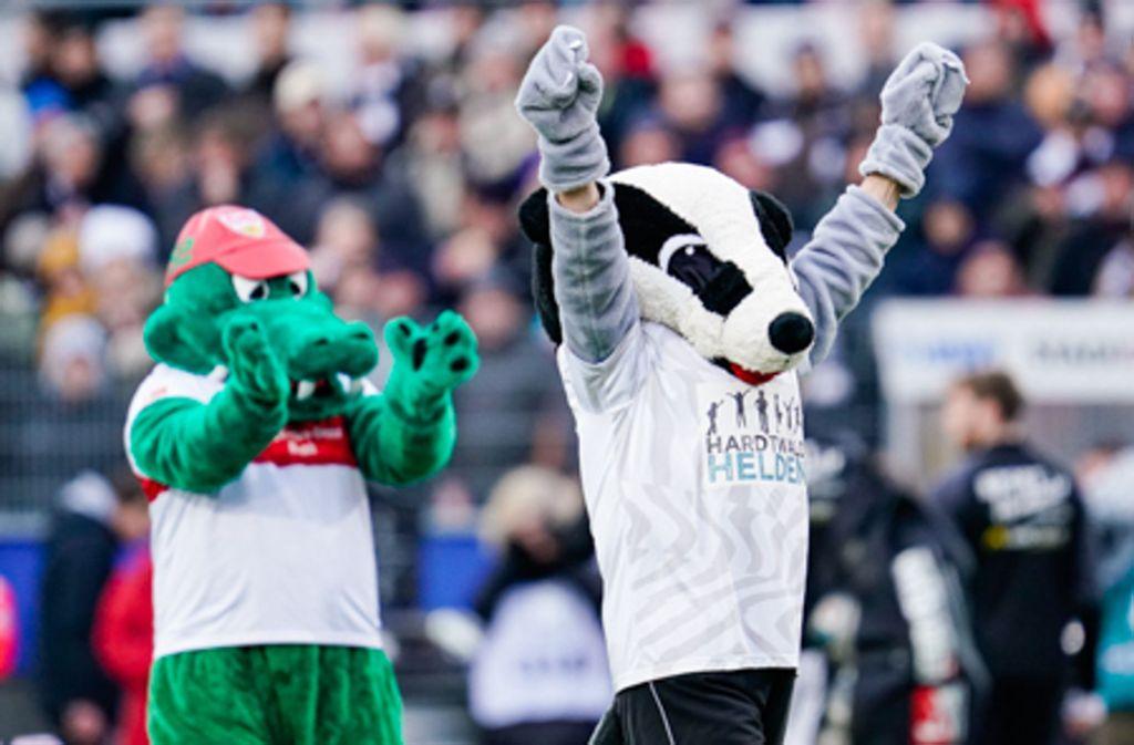 Stuttgarts Fritzle  und Sandhausens Hardi stehen vor dem Spiel gemeinsam auf dem Spielfeld. Foto: dpa