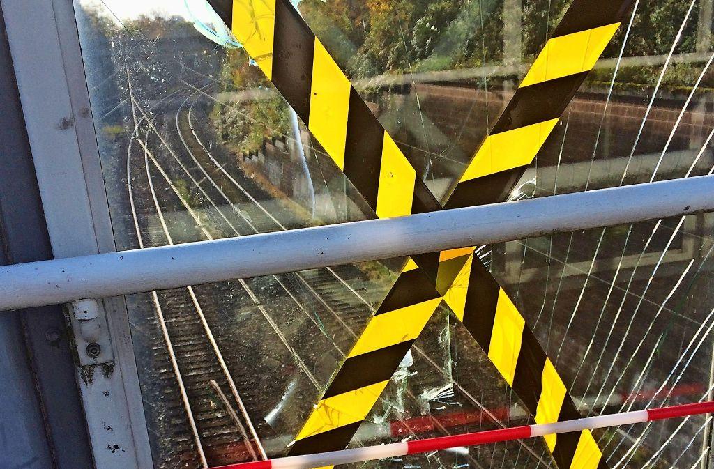 Einige Scheiben an den Treppenaufgängen am S-Bahnhalt Österfeld sind kaputt. Das ist aber nicht das einzige Problem. Foto: privat