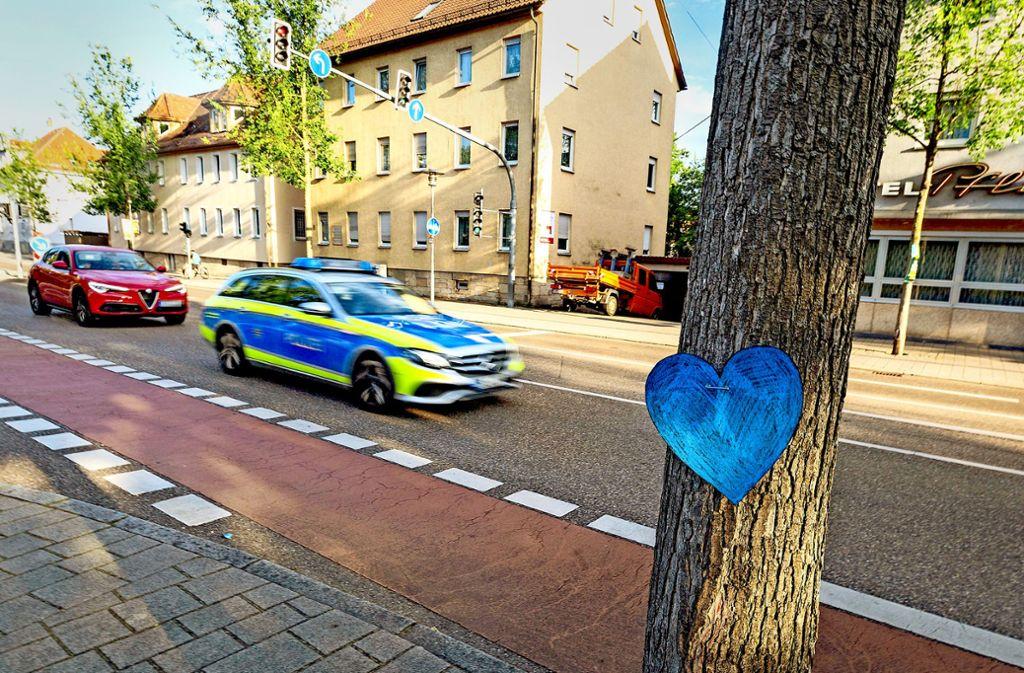 Ein blaues Herz an der Steinengrabenstraße erinnert nach der Bluttat an das 27-jährige Opfer. Foto: 7aktuell.de/Daniel Jüptner