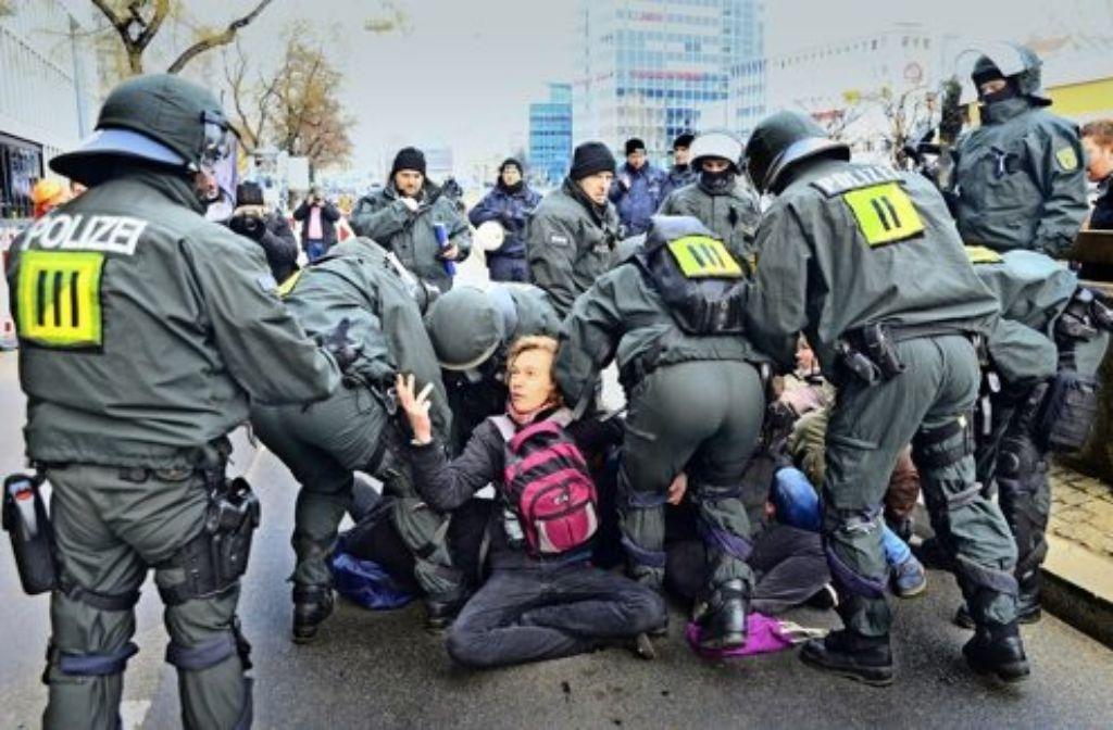 Die Polizei löst im Bereich der Hauptstätter Straße eine Sitzblockade auf. Foto: 7aktuell/Eyb