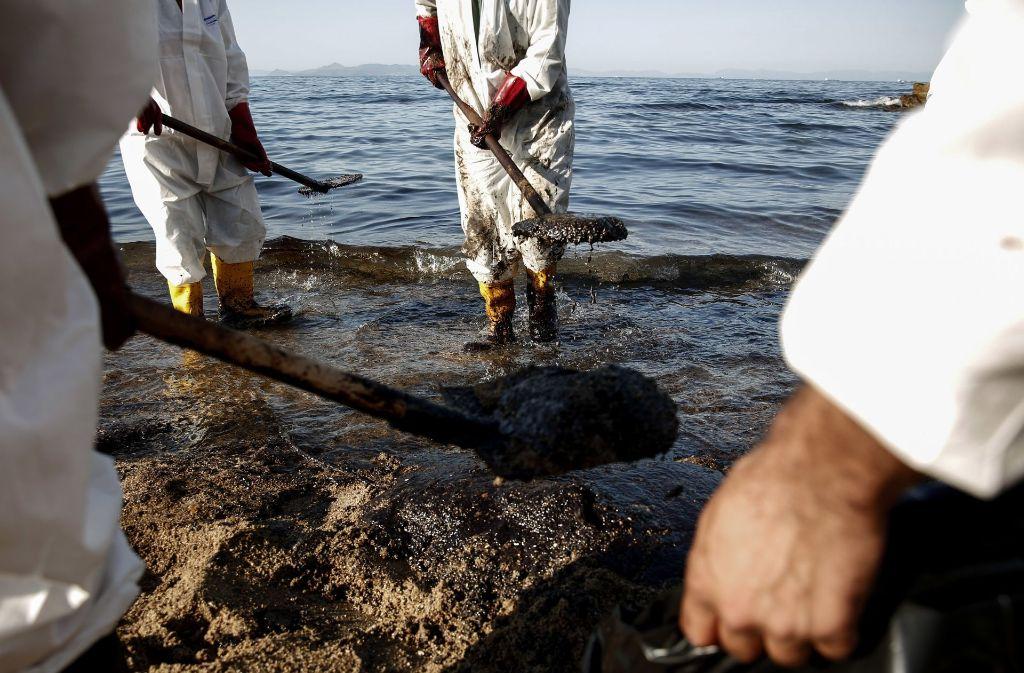 Experten und Freiwillige säubern einen Strand in der Nähe Athens Foto: AP