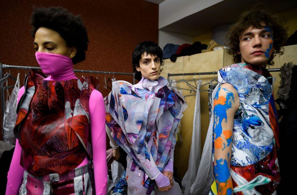 Die Models des Designers thressASFOUR warten auf den Beginn der Show bei der New Yorker Fashion Week. Foto: AFP