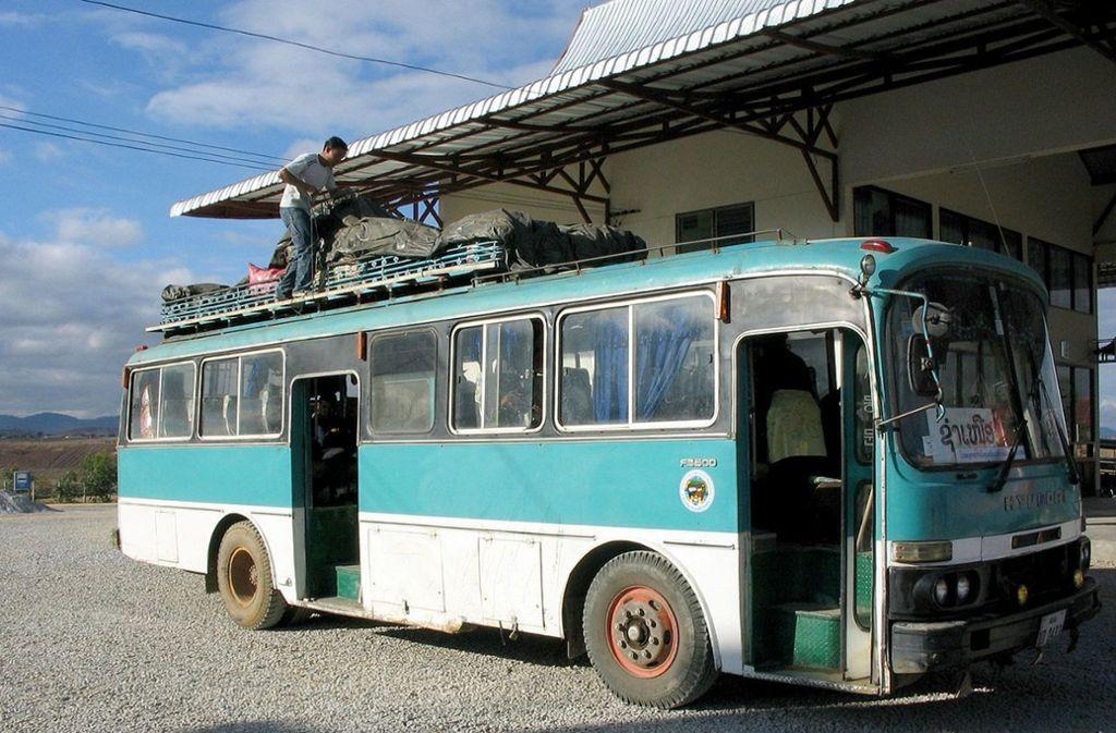 Ein Überlandbus in Phonsavan, der Hauptstadt der laotischen Provinz Xieng Khouangin. Foto: Wikipedia commons/CC BY-SA 2.5