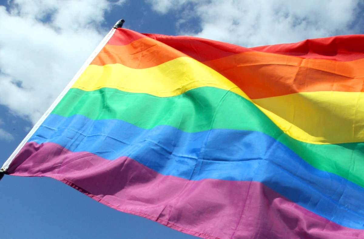 Die Pfarrgemeinde im bayerischen Landkreis Neu-Ulm hatte die Fahne gehisst, um ihre Zustimmung zur Segnung gleichgeschlechtlicher Paare auszudrücken (Symbolfoto). Foto: dpa/Wolfgang Kumm