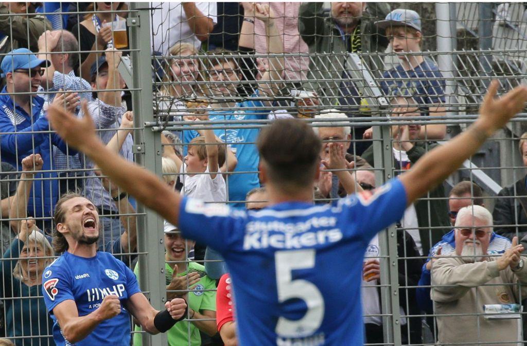 Mijo Tunjic (li.) hat mit den Kickers derzeit viel Grund zum Jubeln – nachlassen kommt für den Torjäger aber nicht in Frage. Foto: Baumann