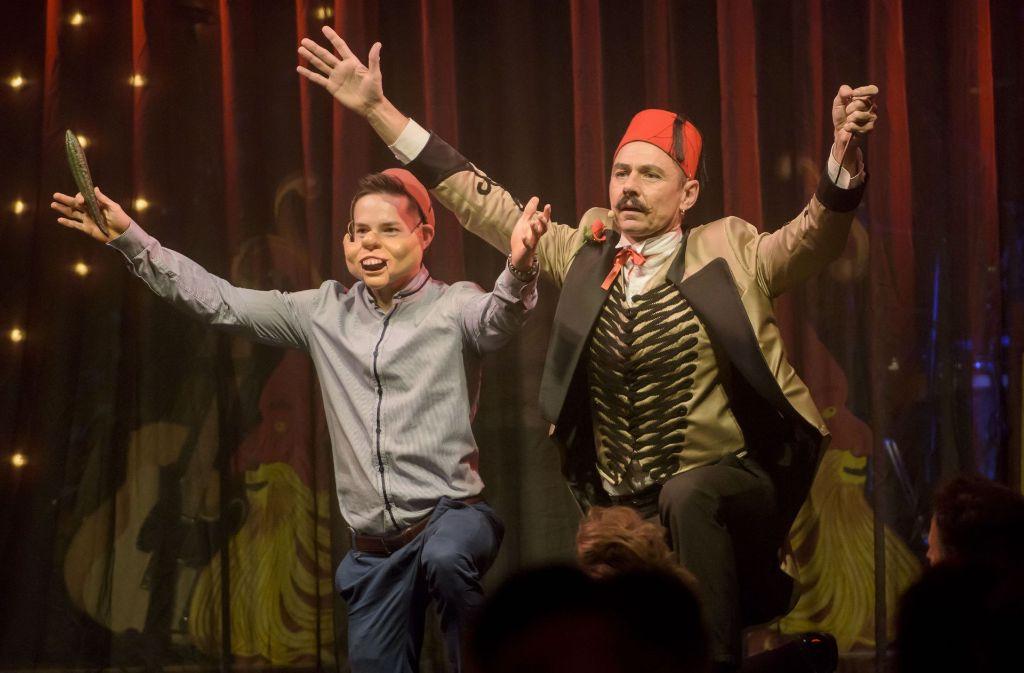 Turner Marcel Nguyen mit Maske und Bauchredner Steven Bishop. Foto: 7 aktuell/Oskar Eyb