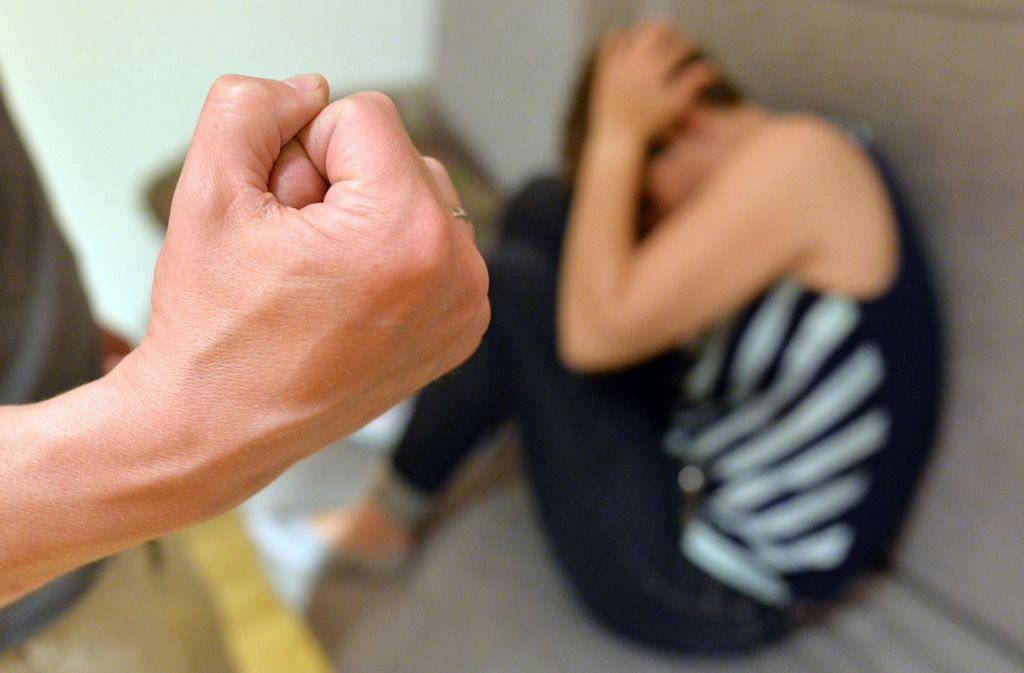 In Aalen hat ein 49-Jähriger seine Frau krankenhausreif geschlagen. Der Grund: Das Abendessen war nicht pünktlich auf dem Tisch. (Symbolfoto) Foto: dpa