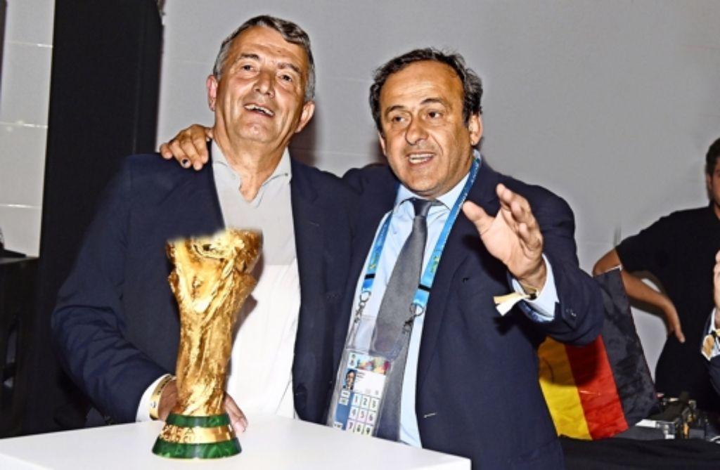 Bis vor Kurzem ganz dicke Kumpels: Wolfgang Niersbach und Michel Platini (r.) Foto: