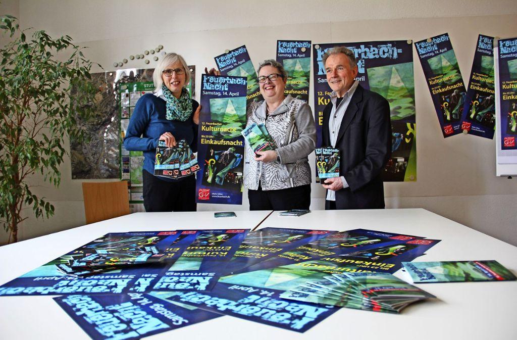 Sonja Traub vom Geschäft  Blumen Pietsch (l.), die stellvertetende Bezirksvorsteherin Susanne Ramp und Günther Röder präsentieren das Programm. Foto: Georg Friedel