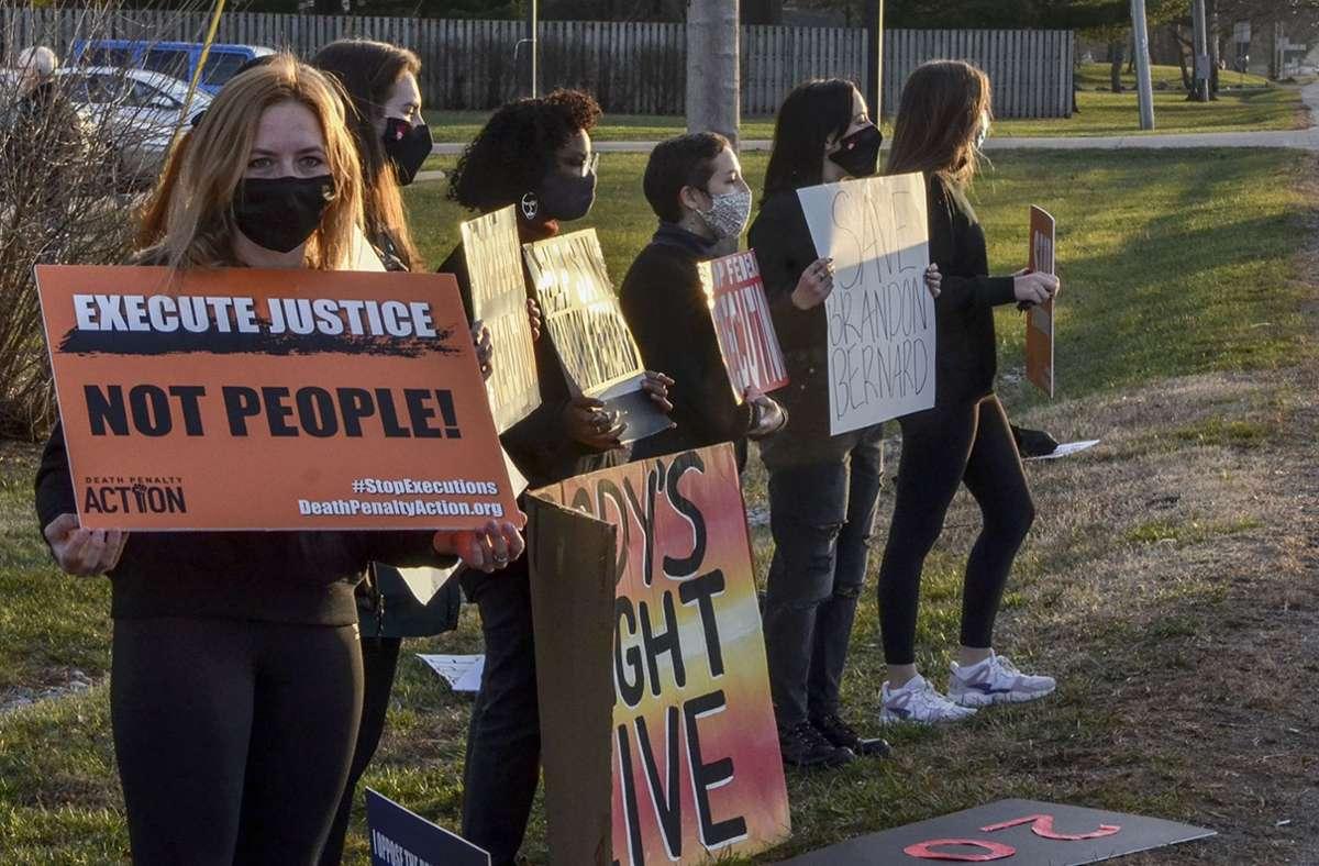 Menschen protestieren in den USA gegen die Todesstrafe. Foto: AP/Austen Leake