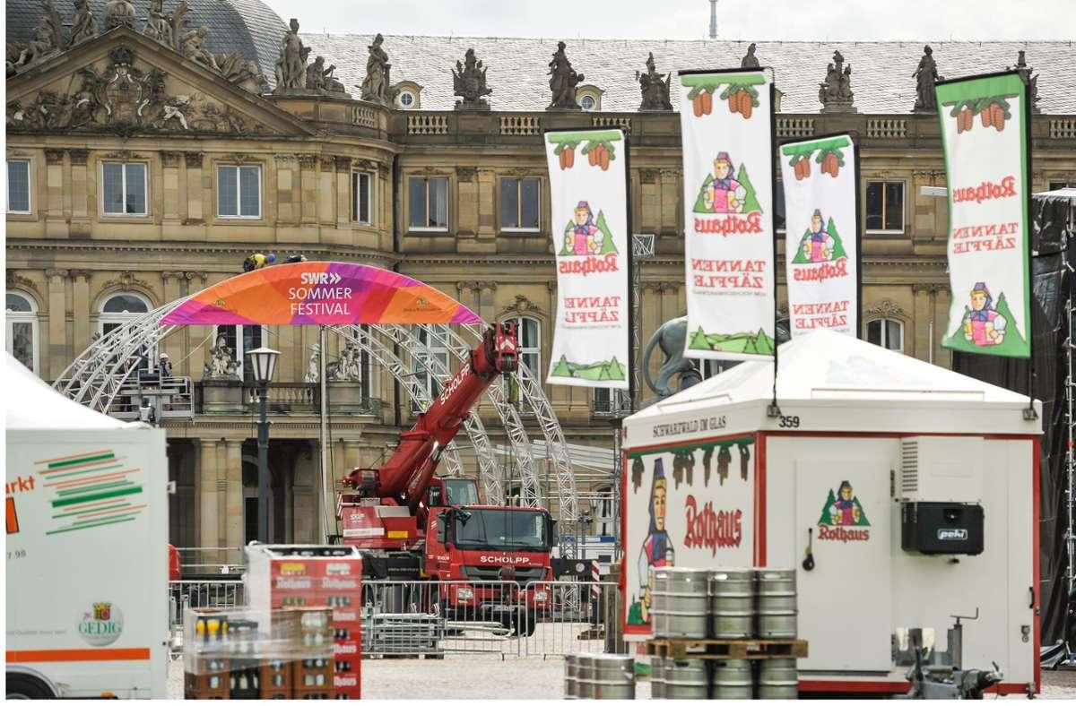 """Vor dem Neuen Schloss wird die Bühne für das SWR-Sommerfestival aufgebaut, das am Donnerstag mit einer """"Tatort""""-Premiere  startet. Foto: Lichtgut/Max Kovalenko"""