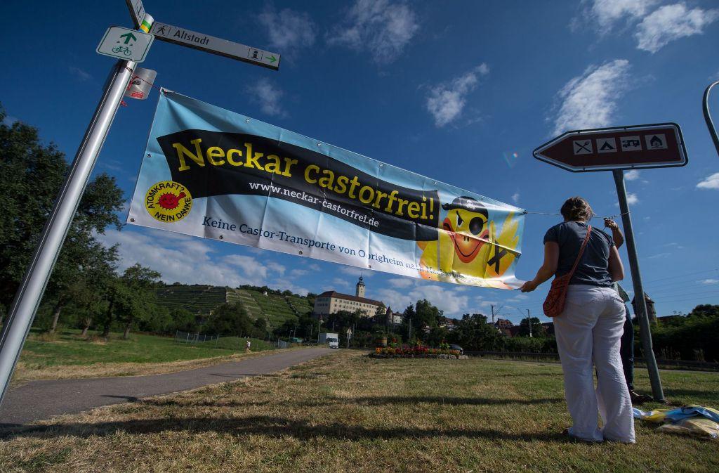 Demonstranten, die am Montag in Gundelsheim gegen den Atommüll-Transport auf dem Neckar protestieren. Foto: dpa