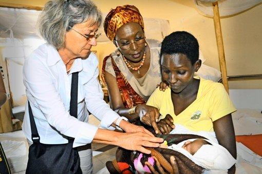 Die Ärztin Evelyn Herz (links) hofft, dass  Gesundheitszentren die Chancen von Frauen und Kindern erhöhen. Foto: Stefan Jehle