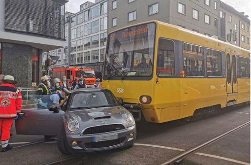 Stadtbahn kollidiert mit Mini – zwei Personen verletzt