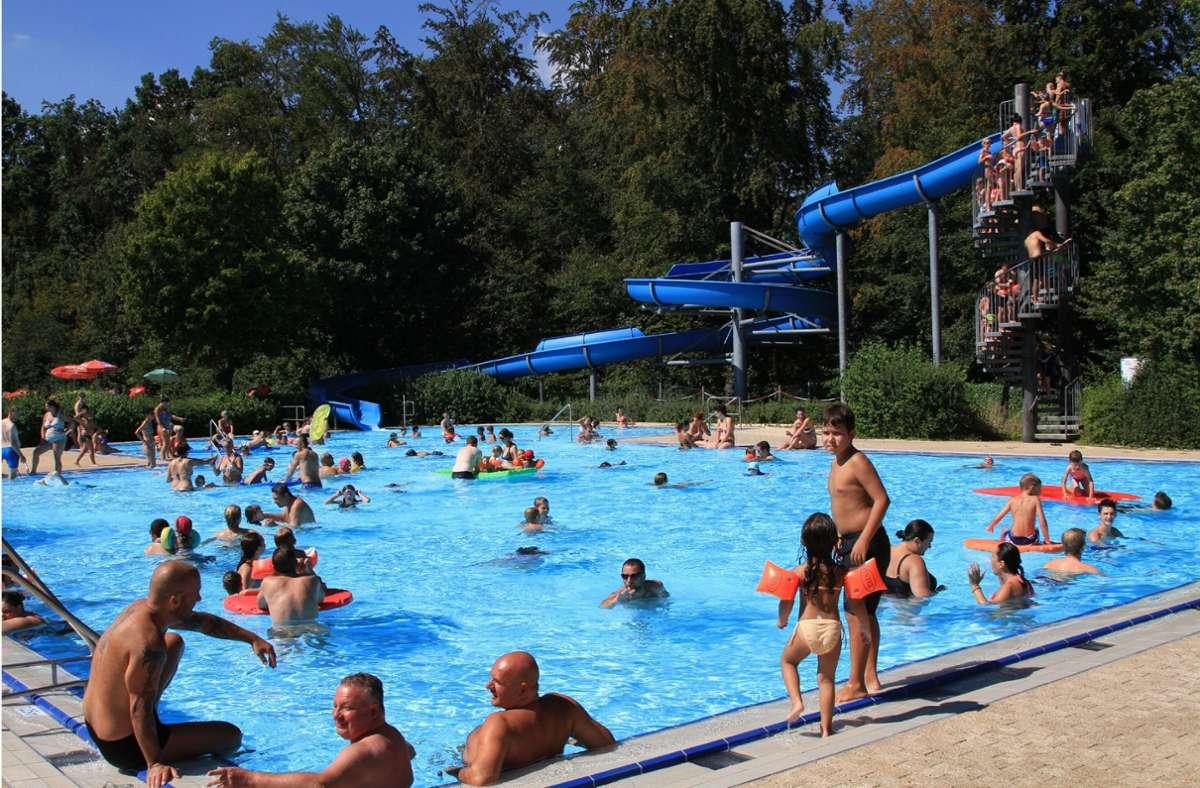 Ins Holzgerlinger Waldfreibad dürfen jetzt wieder mehr Badegäste hinein – und die Testpflicht entfällt. Foto: