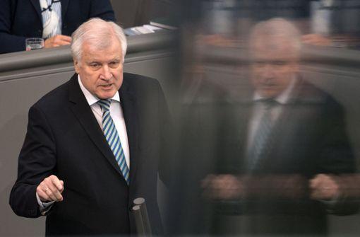 Seehofer steht Bundestagsausschuss Rede und Antwort