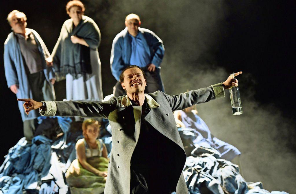 Der Rebell: Peer Oscar Musinowski als Moritz Jäger vor der Kleiderstubenpyramide der Familie Baumert Foto: Thomas Aurin