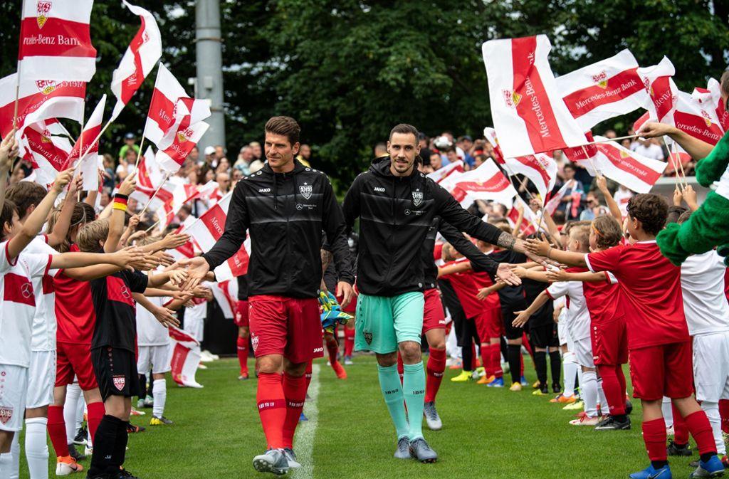 Kleine Fans sind die treuesten Fans – und gehen mit dem VfB Stuttgart auch in die zweite Liga. Foto: picture alliance/dpa