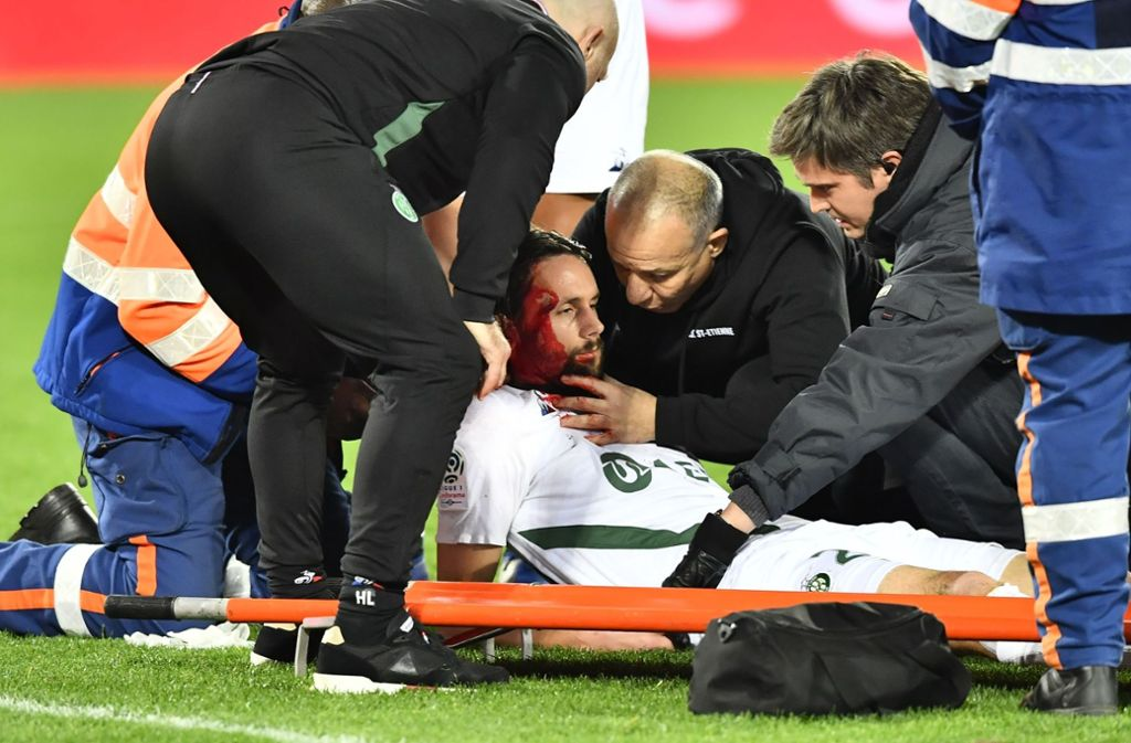 Neven Subotic hat sich bei einenm Zusammenprall am Kopf verletzt. Foto: AFP