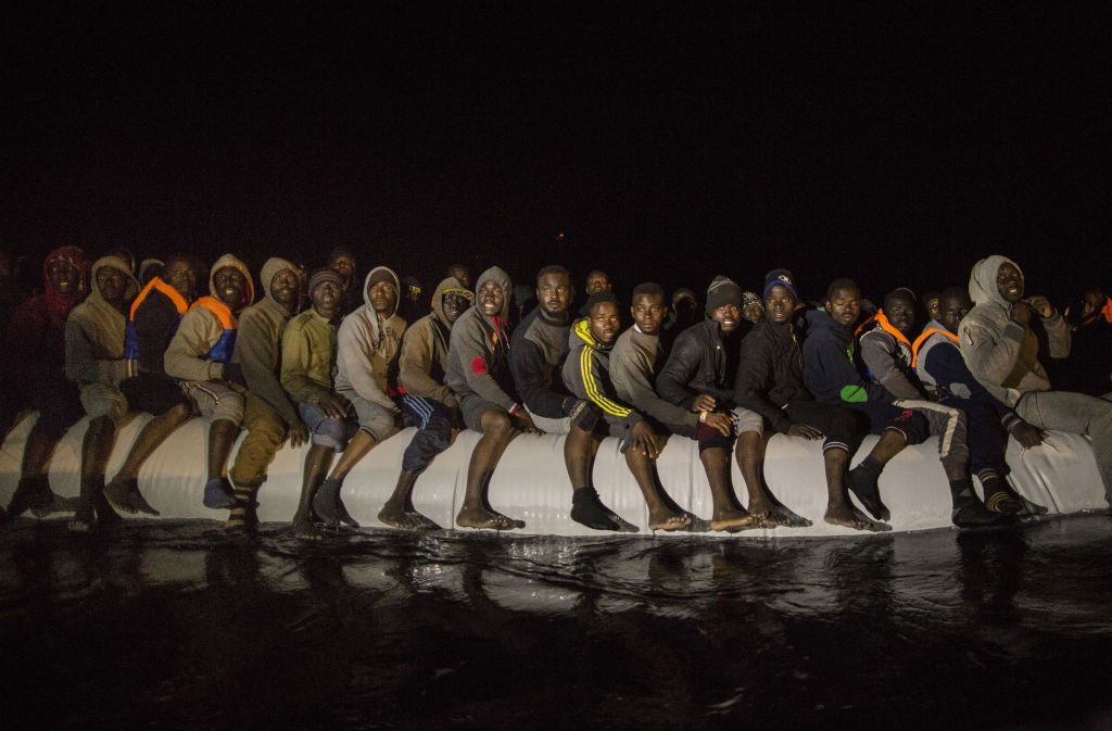 Flüchtlinge aus verschiedenen afrikanischen Staaten in einem überfüllten Schlauchboot im Mittelmeer (Symbolfoto). Foto: AP