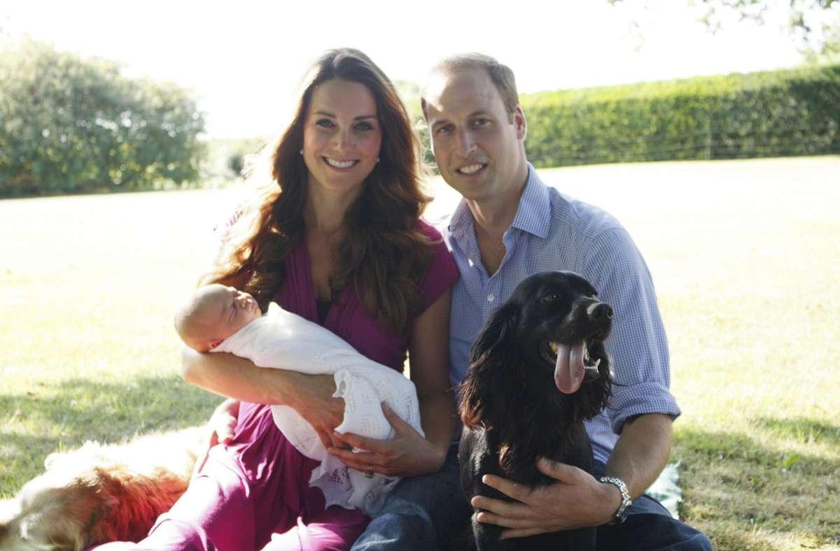 Der schwarze Cockerspaniel Lupo begleitete die Familie seit vielen Jahren. Dieses Foto entstand kurz nach der Geburt von Prinz George im August 2013. Foto: dpa/Michael Middleton Handout