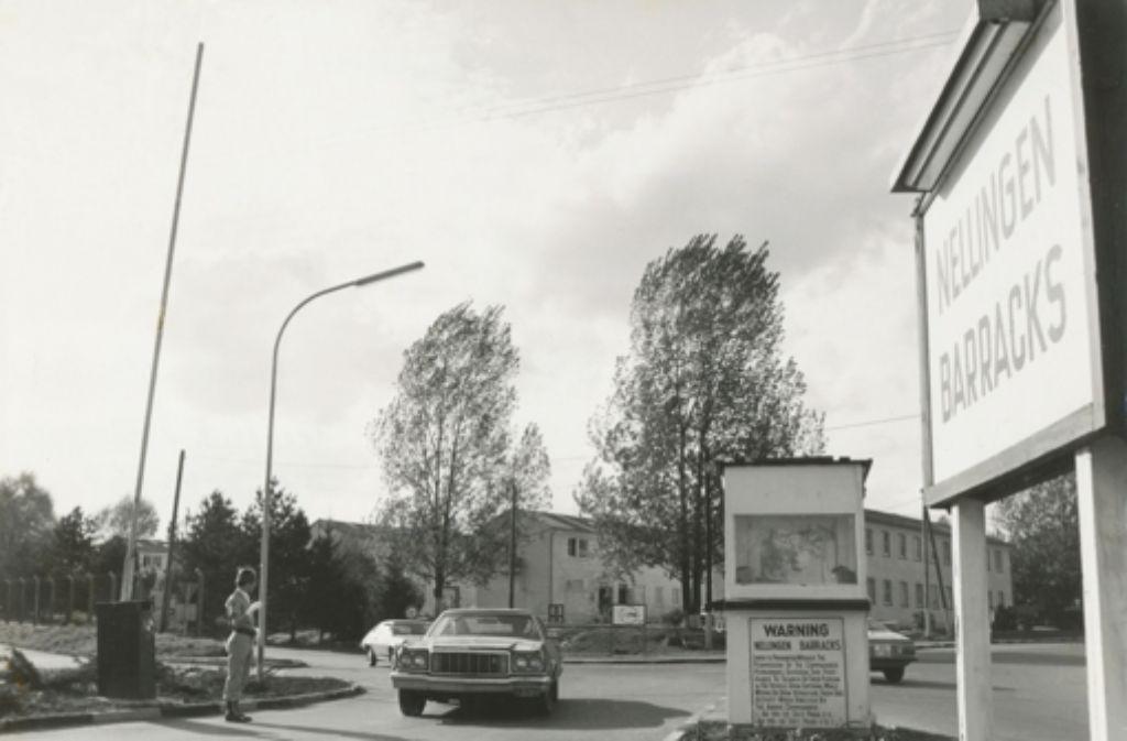 Ein Straßenkreuzer passiert das Südtor der Nellingen Barracks, eine Aufnahme aus den achtziger Jahren. Foto: Bils