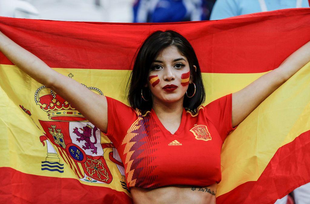 Voller Körpereinsatz für die eigene Mannschaft: Eine Schönheit aus Spanien feuert die Selección im Spiel gegen den Iran an. Foto: gtres