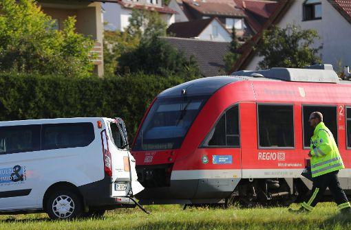 Schulbus prallt mit Zug zusammen