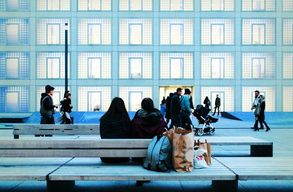An kaum einem anderen Platz in der Stadt liegen Kultur und Jugendtreff so nah beieinander wie am Mailänder Platz zwischen Milaneo und Bibliothek. Foto: Lichtgut/Verena Ecker