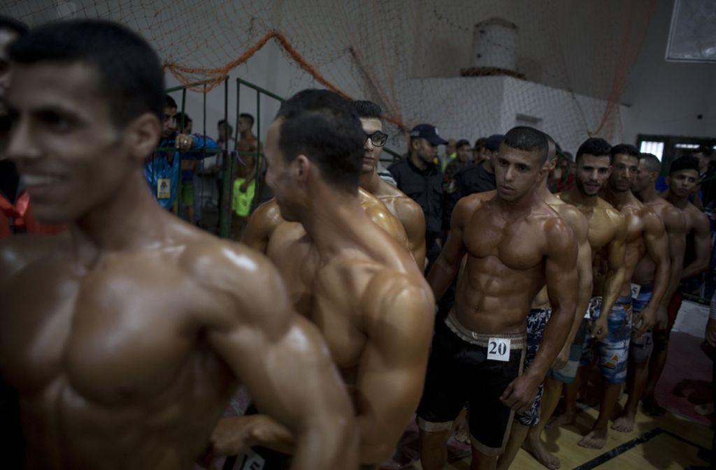 Die eingeölten, perfekt durchtrainierten Körper der jungen Männer glänzten,... Foto: AP