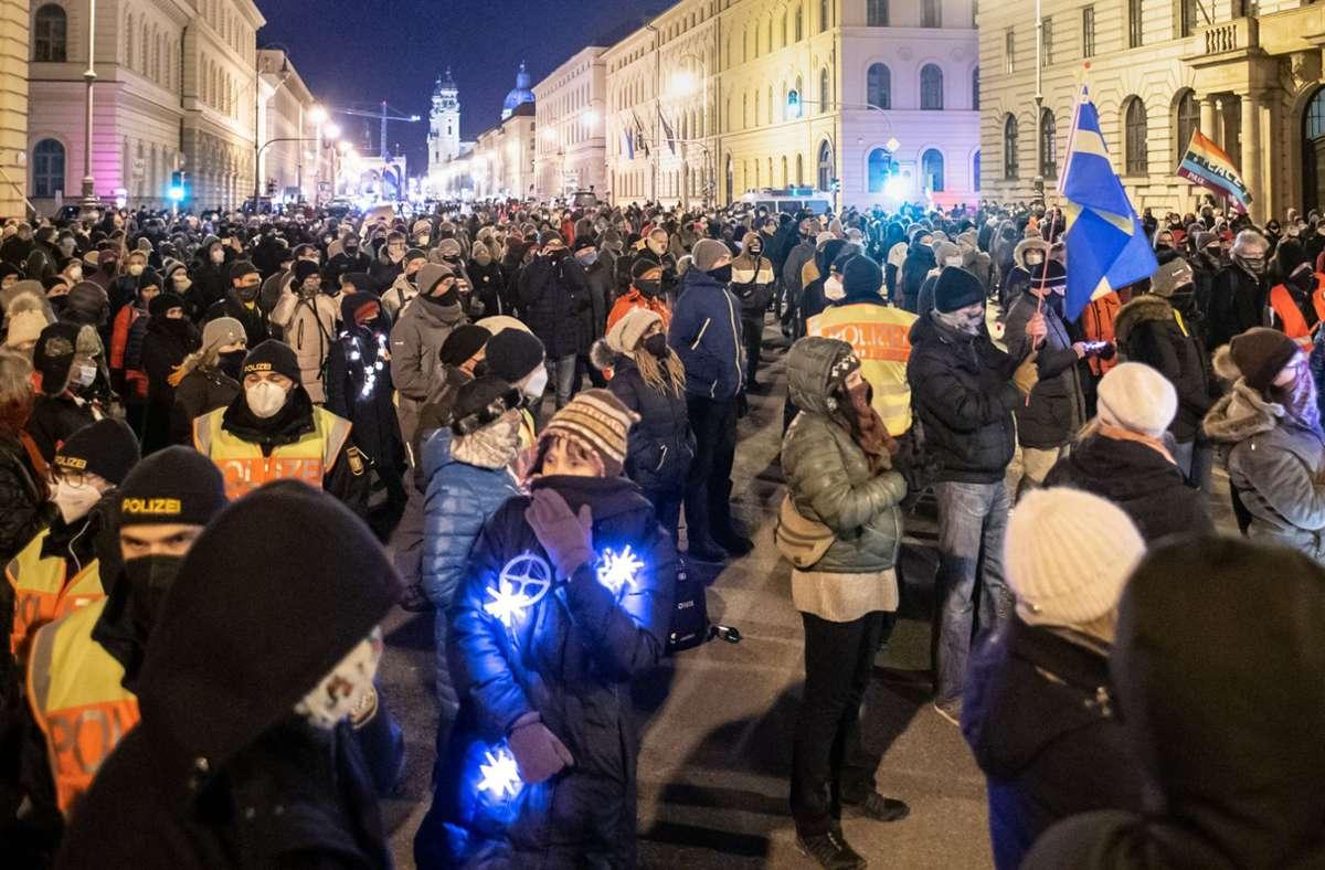 Mehrere Hundert Menschen haben in München demonstriert. Foto: dpa/Matthias Balk