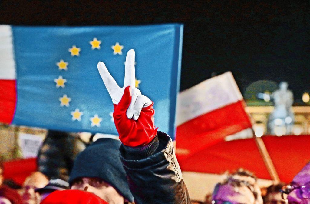 Demonstranten fordern in Warschau mehr Hinwendung nach Europa. Foto: dpa