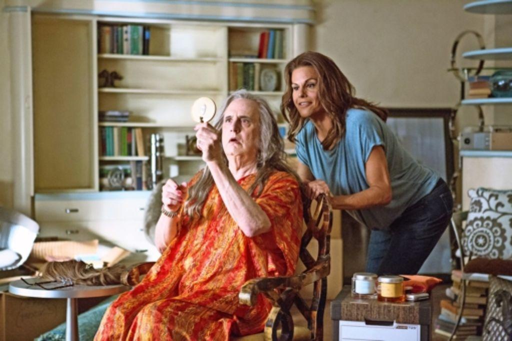 """Szene aus """"Transparent"""": Maura (Jeffrey Tambor, li) ist Familienvater und möchte als Frau leben. Foto: Beth Dubber/Amazon.com Inc"""