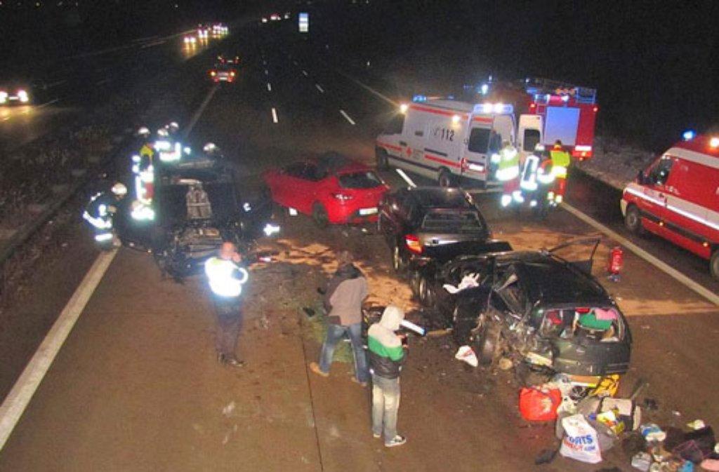 Rettungskräfte stehen am Samstag an einer Unfallstelle auf der Autobahn A2 bei Schackensleben (Sachsen-Anhalt). Sechs Menschen sind bei dem schweren Unfall verletzt worden - geholfen haben vorbeifahrende Autofahrer nicht. Foto: Polizei/dpa