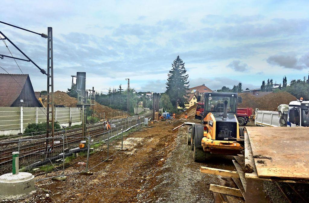 Die Brücke ist weg, die Gleise sind wieder frei, die Auffahrtsrampen werden  abgetragen: Bei den Abbrucharbeiten in Faurndau hat es keine Probleme gegeben. Foto: Pflüger