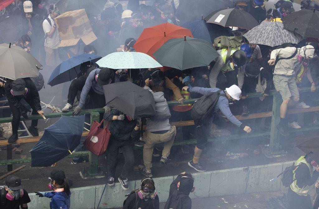 Bei den Protesten in Hongkong kam es wiederholt zu chaotischen Szenen, wie hier auf dem Gelände einer Universität im November 2019. (Archivbild) Foto: dpa/Ng Han Guan