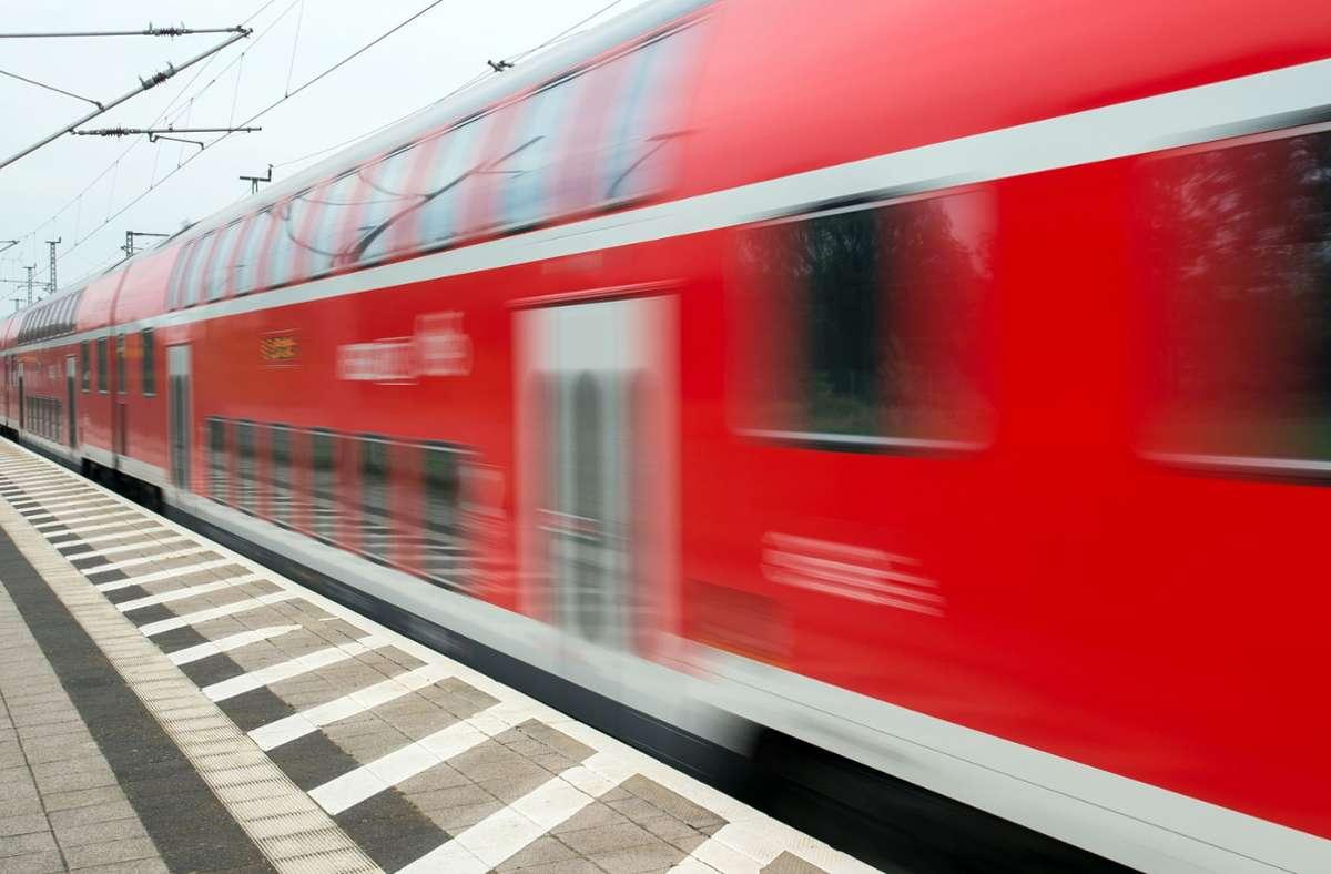 In einem Regionalexpress nach Würzburg  ist es zu einem Disput zwischen einem Schaffner und einem 24-Jährigen gekommen. Foto: dpa/Patrick Pleul